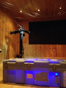 Installation de la salle I. Profileur de turbulence, fils tendus au plafond, boite, écran. (Photo: Marianne Papillon).